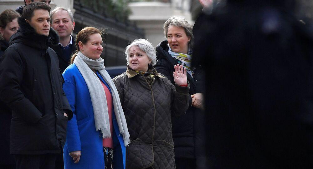 Wydalani rosyjscy dyplomaci i ich rodziny opuszczają ambasadę Rosji w Londynie
