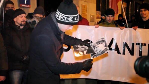 Polscy nacjonaliści spalili portrety Stepana Bandery i Romana Szuchewycza - Sputnik Polska