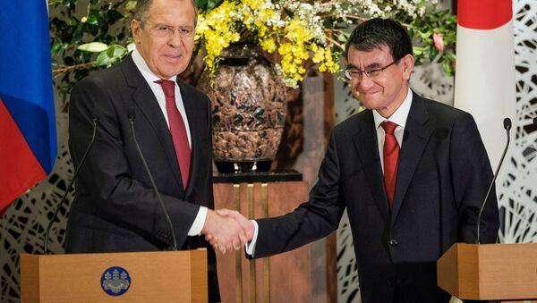 Szefowie MSZ Rosji i Japonii Siergiej Ławrow i Taro Kono po konferencji prasowej w Tokio - Sputnik Polska