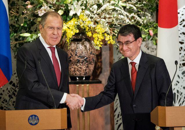 Szefowie MSZ Rosji i Japonii Siergiej Ławrow i Taro Kono po konferencji prasowej w Tokio