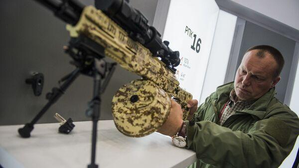 """Karabin maszynowy RPK-16 koncernu Kałasznikow na międzynarodowym wojskowym forum technicznym """"Armia 2016"""" - Sputnik Polska"""