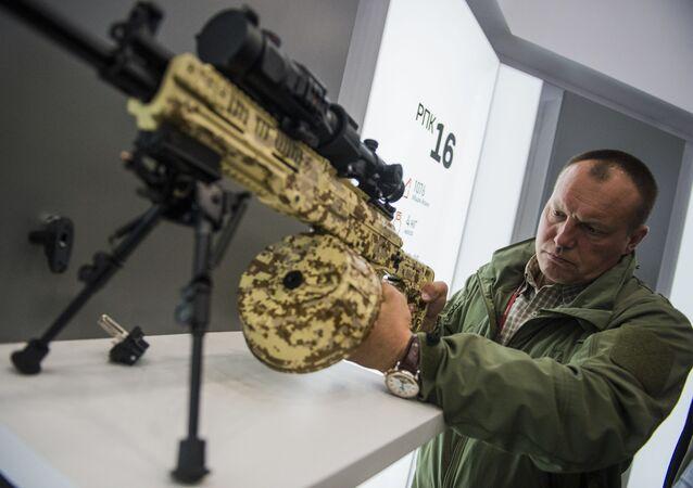 """Karabin maszynowy RPK-16 koncernu Kałasznikow na międzynarodowym wojskowym forum technicznym """"Armia 2016"""""""