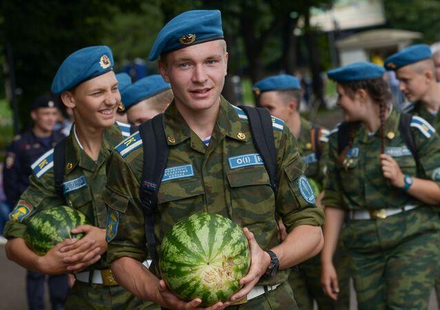 Elewowie wojsk powietrznodesantowych podczas obchodów Dnia Spadochroniarzy w Moskwie