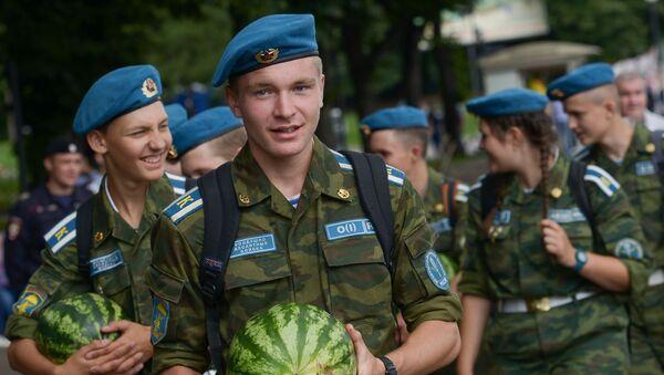 Elewowie wojsk powietrznodesantowych podczas obchodów Dnia Spadochroniarzy w Moskwie - Sputnik Polska