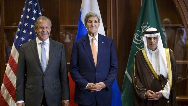 Szef MSZ Rosji Siergiej Ławrow, sekretarz stanu USA John Kerry i minister spraw zagranicznych Arabii Saudyjskiej Adel al-Jubeir na trójstronnym spotkaniu w Dosze - Sputnik Polska