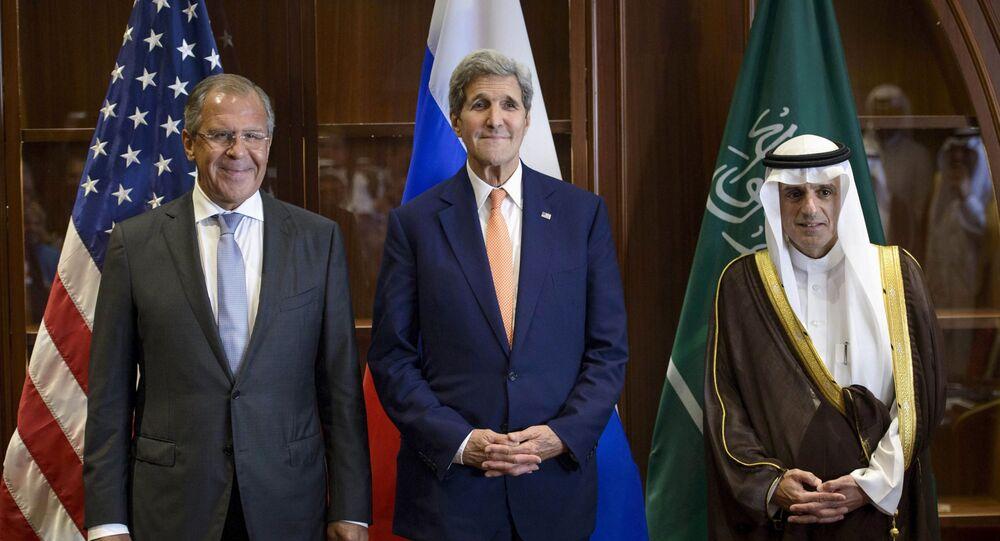 Szef MSZ Rosji Siergiej Ławrow, sekretarz stanu USA John Kerry i minister spraw zagranicznych Arabii Saudyjskiej Adel al-Jubeir na trójstronnym spotkaniu w Dosze