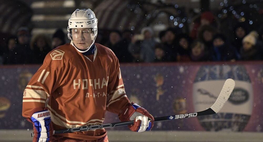 Prezydent Rosji Władimir Putin podczas meczu nocnej ligi hokejowej na lodowisku GUM