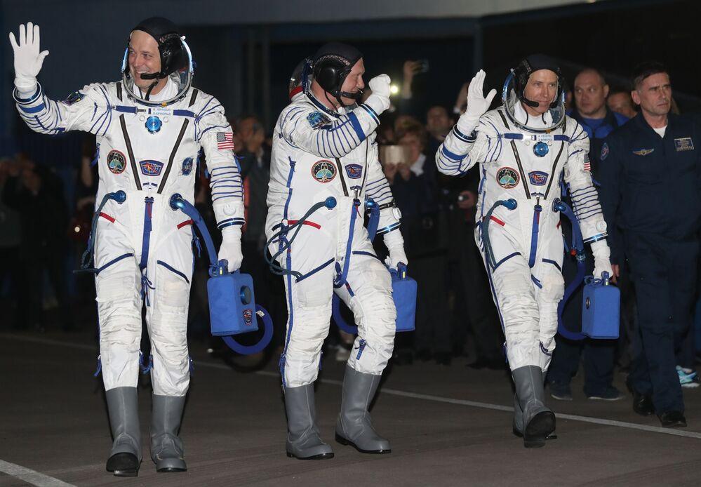 Załoga Sojuz-FG przed startem rakiety z kosmodromu Bajkonur
