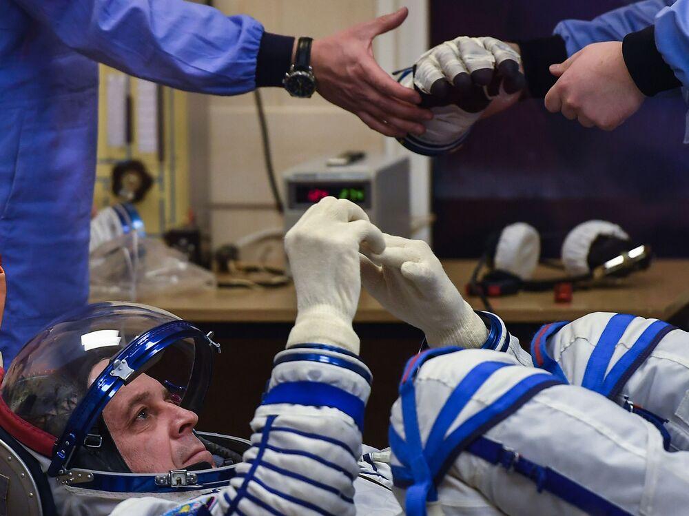 Członek załogi Sojuz-FG przed startem rakiety z kosmodromu Bajkonur