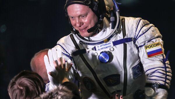 Członek załogi Sojuz-FG przed startem rakiety z kosmodromu Bajkonur - Sputnik Polska
