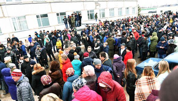 Mieszkańcy przy centralnym szpitalu rejonowym w Wołokołamsku - Sputnik Polska