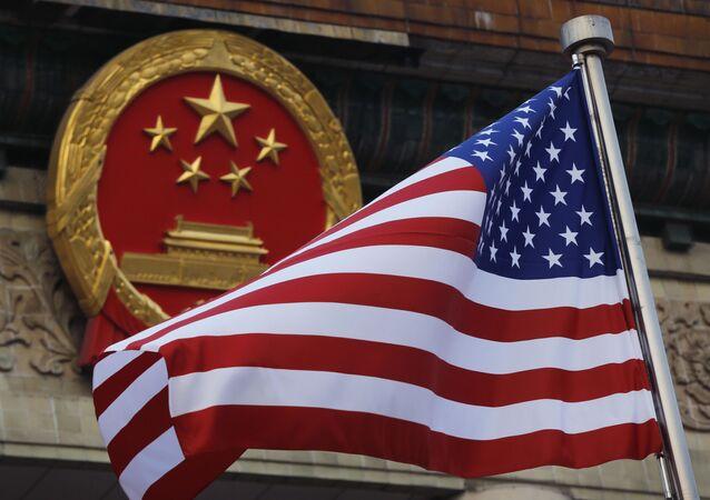 Flaga USA na tle chińskiego godła w Pekinie. Zdjęcie archiwalne