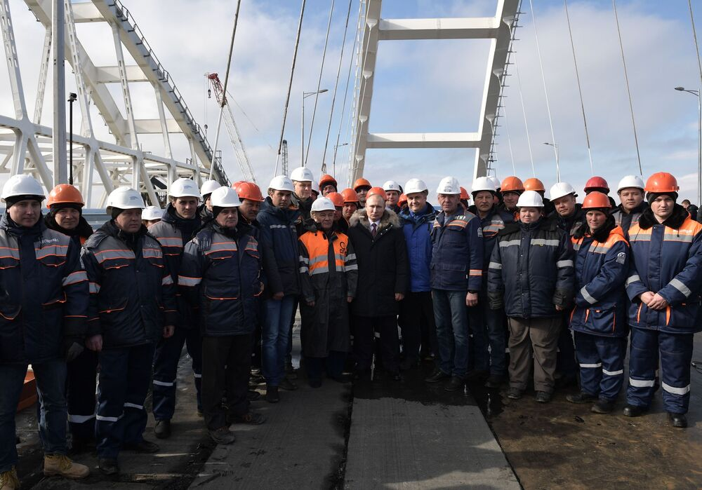 Władimir Putin z budowniczymi podczas inspekcji gotowego odcinka części drogowej Mostu Krymskiego