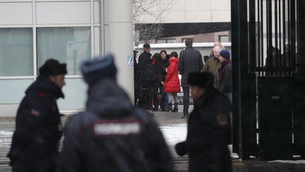 Wydaleni z Rosji brytyjscy dyplomaci z rodzinami opuszczają ambasadę w Moskwie - Sputnik Polska