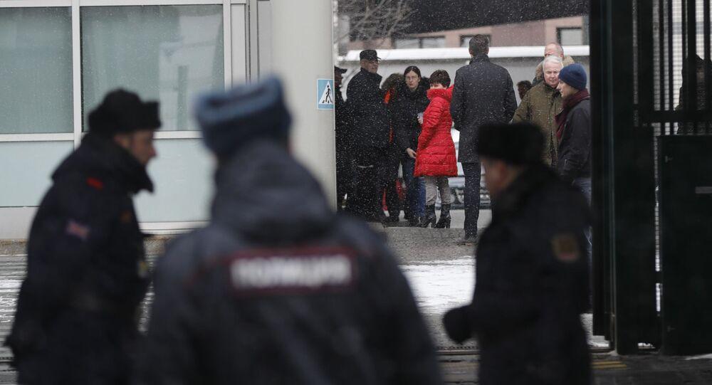 Wydaleni z Rosji brytyjscy dyplomaci z rodzinami opuszczają ambasadę w Moskwie