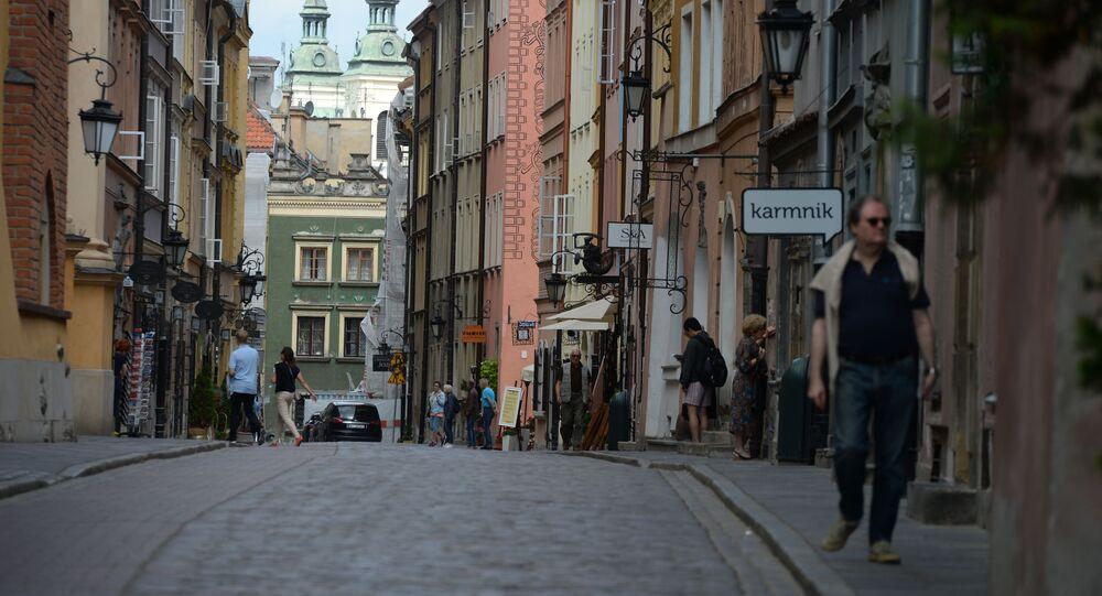 Przechodnie na jednej z uliczek w Warszawie