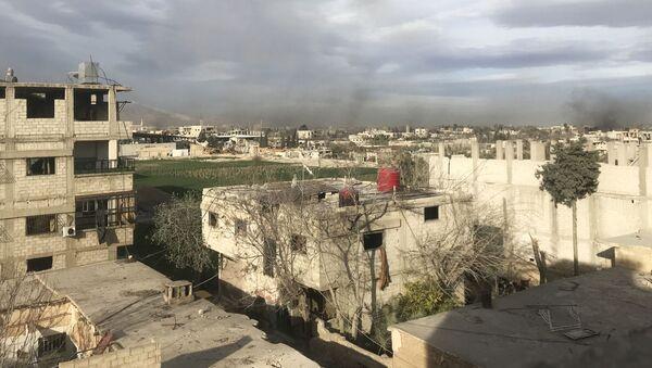 Dym powstaly w wyniku ataków syryjskiej armii na pozycje Dżabhat an-Nusry we Wschodniej Gucie, na przedmieściach Damaszku - Sputnik Polska