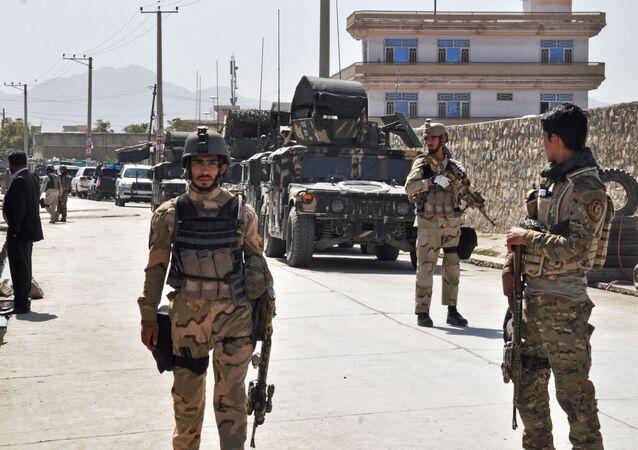 Przedstawiciele afgańskich służb specjalnych niedaleko lotniska w Kabulu