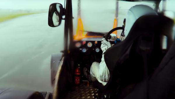 Пилот-испытатель автомобилей телешоу Top Gear под псевдонимом Стиг разогнал трактор до мирового рекорда Книги Гинесса - Sputnik Polska