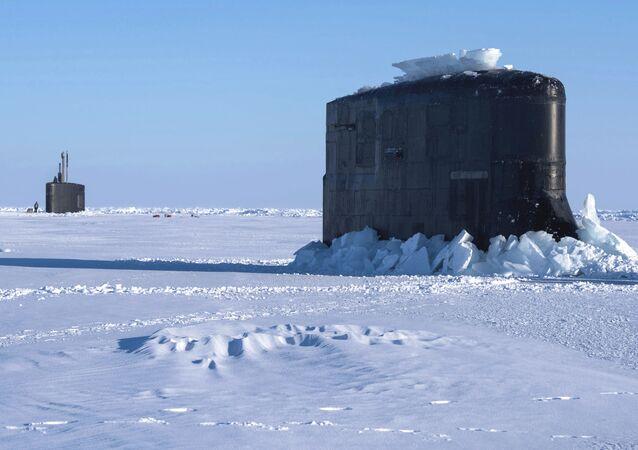Okręty Hartford i Connecticut, które utknęły w lodzie