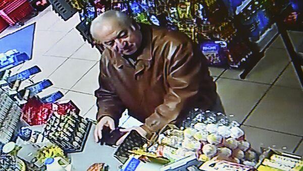 Były oficer GRU Siergiej Skripal nagrany w sklepie spożywczym w Salisbury - Sputnik Polska