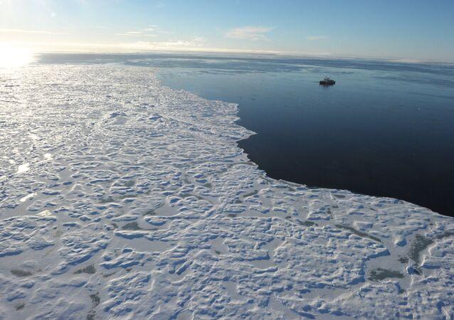 Lodołamacz w kanadyjskiej Arktyce
