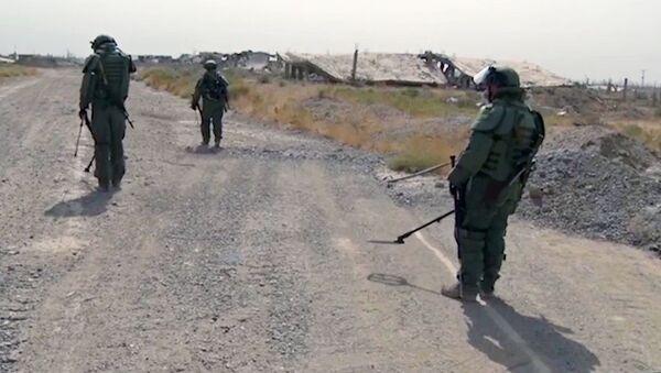Specjaliści z Międzynarodowego Centrum Przeciwminowego rosyjskich sił zbrojnych podczas rozbrojenia Dajr az-Zaur - Sputnik Polska