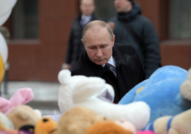 """Władimir Putin złożył kwiaty pod centrum handlowym """"Zimowa wiśnia"""" w Kemerowo"""