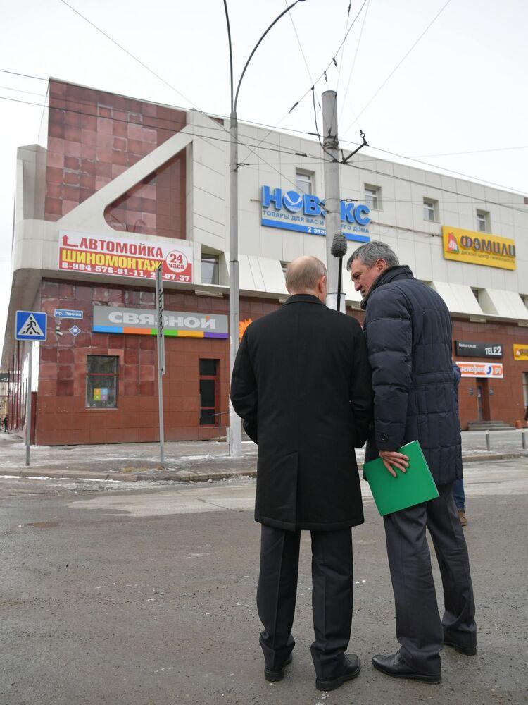 Władimir Putin i wysłannik prezydenta w Syberyjskim Okręgu Federalnym Siergiej Mieniajło obejrzeli elewację spalonego budynku