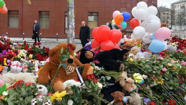 """Prezydent Rosji Władimir Putin przybył do Kemerowa, gdzie w wyniku pożaru w centrum handlowo-rozrywkowym """"Zimowa wiśnia"""" zginęły 64 osoby - Sputnik Polska"""