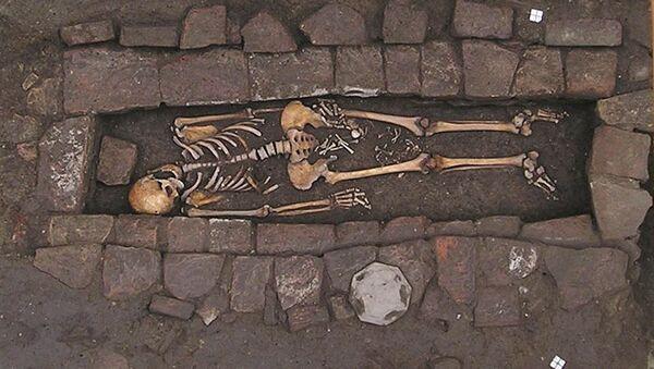 Znaleziono szczątki kobiety, która urodziła dziecko w trumnie - Sputnik Polska