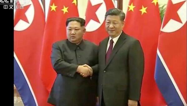 Przywódca KRLD Kim Dzong Un i przewodniczący Chińskiej Republiki Ludowej Xi Jinping w Pekinie - Sputnik Polska