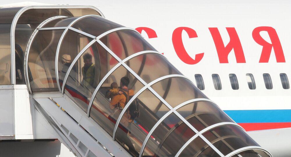 Wydaleni rosyjscy dyplomaci z rodzinami opuszczają ambasadę w Londynie