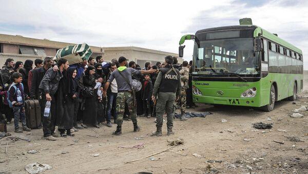 Cywile przygotowują się do opuszczenia Wschodniej Guty przez korytarz humanitarny w osadzie Hammuria - Sputnik Polska