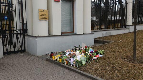 Polacy składają kwiaty pod Ambasadą Rosji - 28 marca 2018 - Sputnik Polska