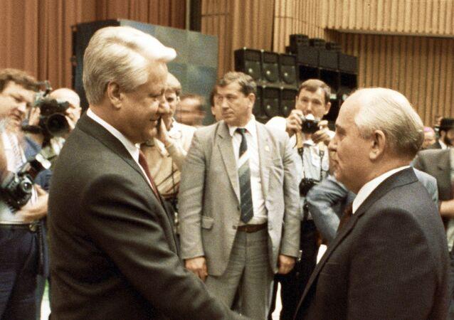 Prezydent ZSRR Michaił Gorbaczow składa życzenia Borysowi Jelcynowi z okazji objęcia stanowiska prezydenta RFSRR