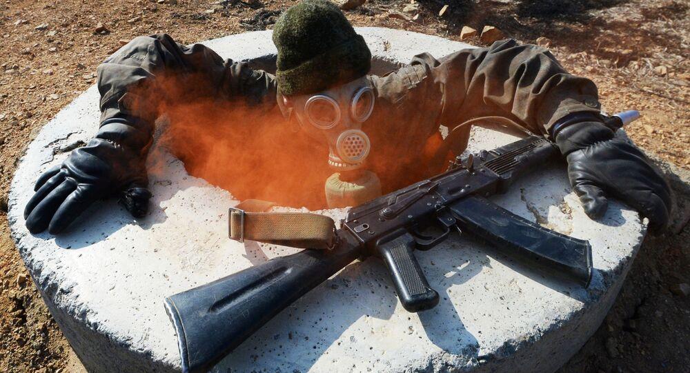 Rosyjski żołnierz z karabinem