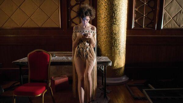 Modelka czeka za kulisami podczas Chińskiego Tygodnia Mody w Pekinie - Sputnik Polska