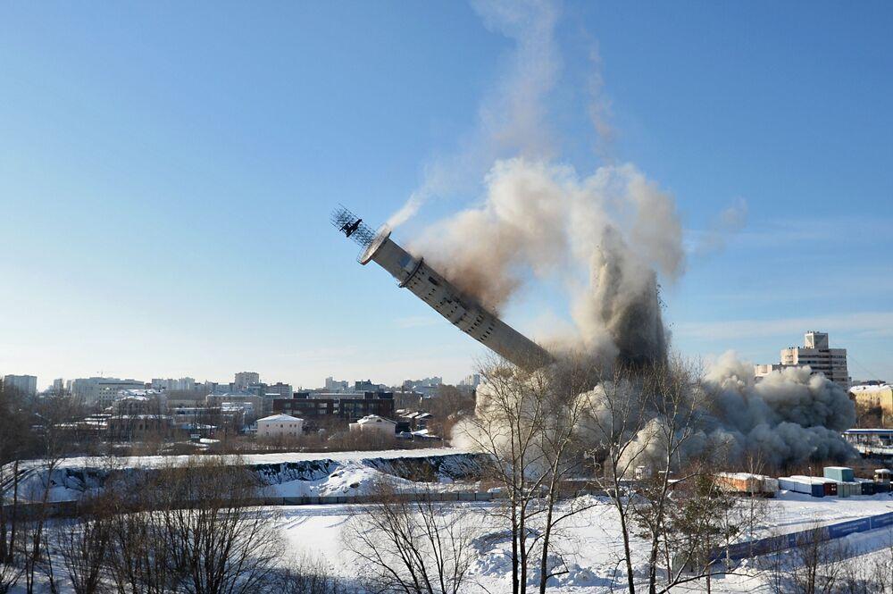 Rozbiórka niedokończonej wieży telewizyjnej w Jekaterynburgu, której budowa została wstrzymana w ostatnim roku istnienia ZSRR