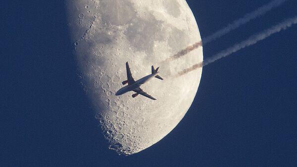 Samolot leci na tle księżyca nad Frankfurtem w Niemczech - Sputnik Polska