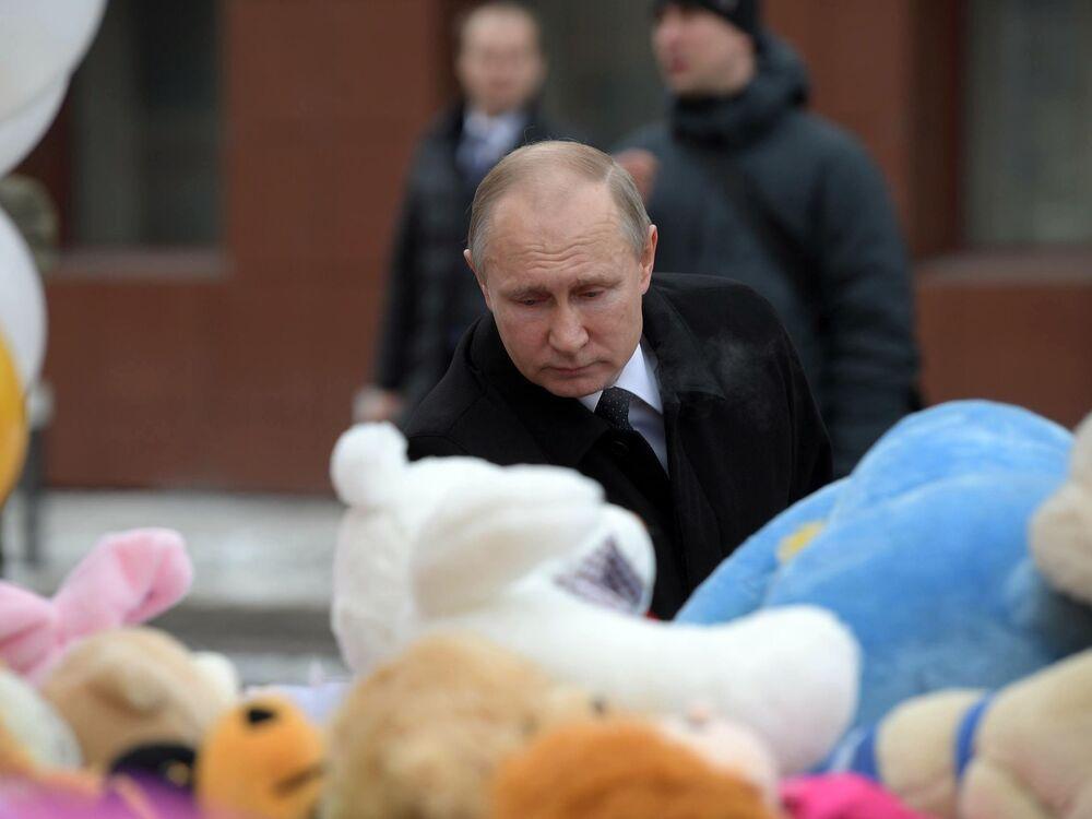 Prezydent Rosji Władimir Putin składa kwiaty na spontanicznym miejscu pamięci w pobliżu centrum handlowego Zimowa Wiśnia w Kemerowie, gdzie wybuchł pożar