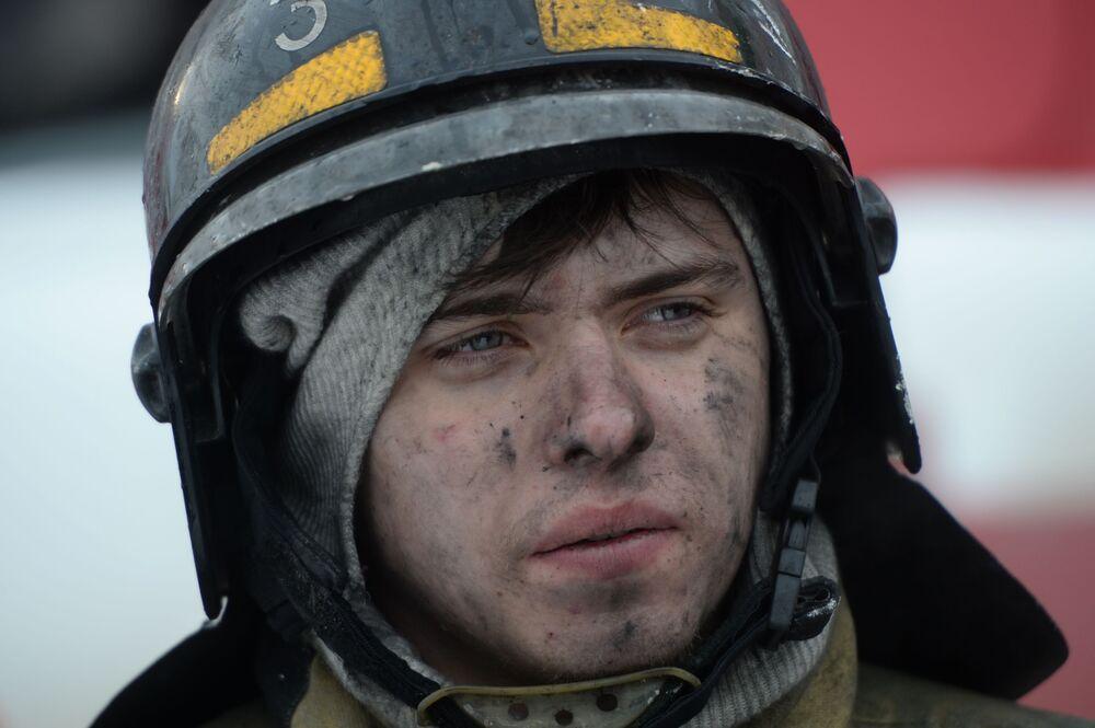 Pracownik Straży Pożarnej MSN podczas gaszenia pożaru w centrum handlowym Zimowa Wiśnia w Kemerowie