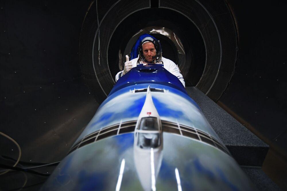 Szwajcarski pilot Rafael Domzhan w kombinezonie opracowanym przez rosyjską firmę Zvezda