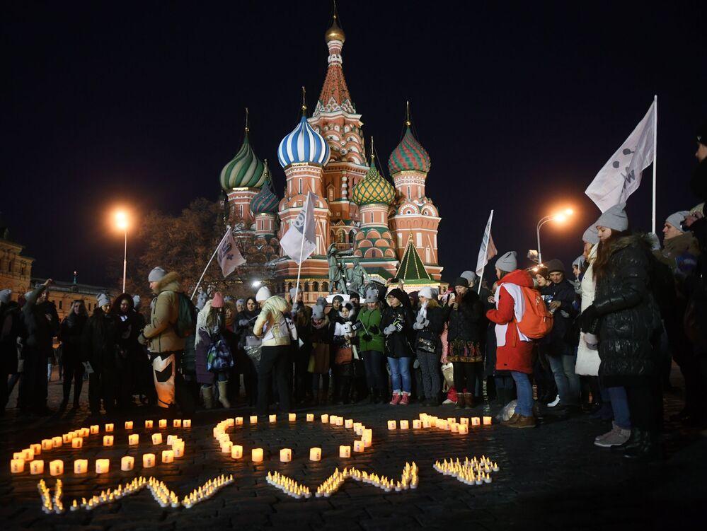 Mieszkańcy podczas akcji Godzina Ziemi 2018 na Placu Czerwonym w Moskwie