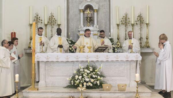 Msza Wielkanocna w Moskwie, kościół św. Ludwika - Sputnik Polska