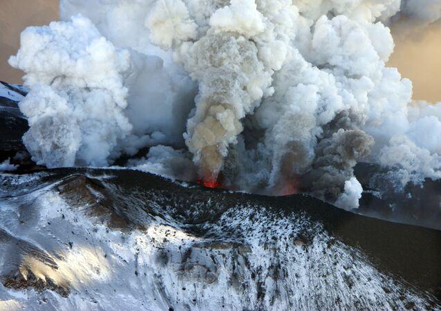 Erupcja wulkanu Tołbaczik  na Kamczatce