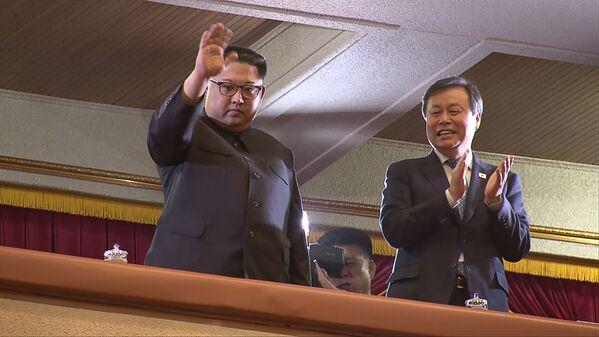 Kim Dzong Un na koncercie południowokoreańskiego zespołu popowego w Pjongjangu - Sputnik Polska
