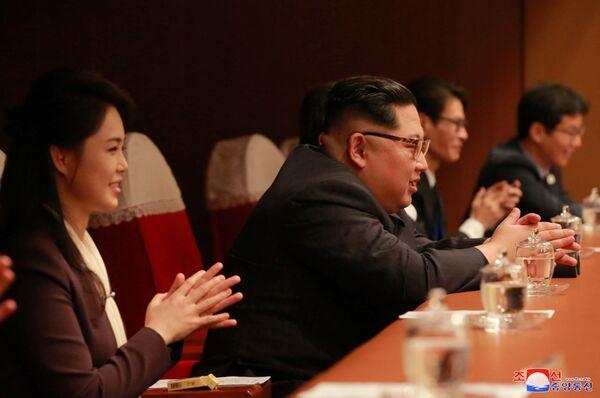 Kim Dzong Un z żoną na koncercie południowokoreańskiego zespołu popowego w Pjongjangu - Sputnik Polska
