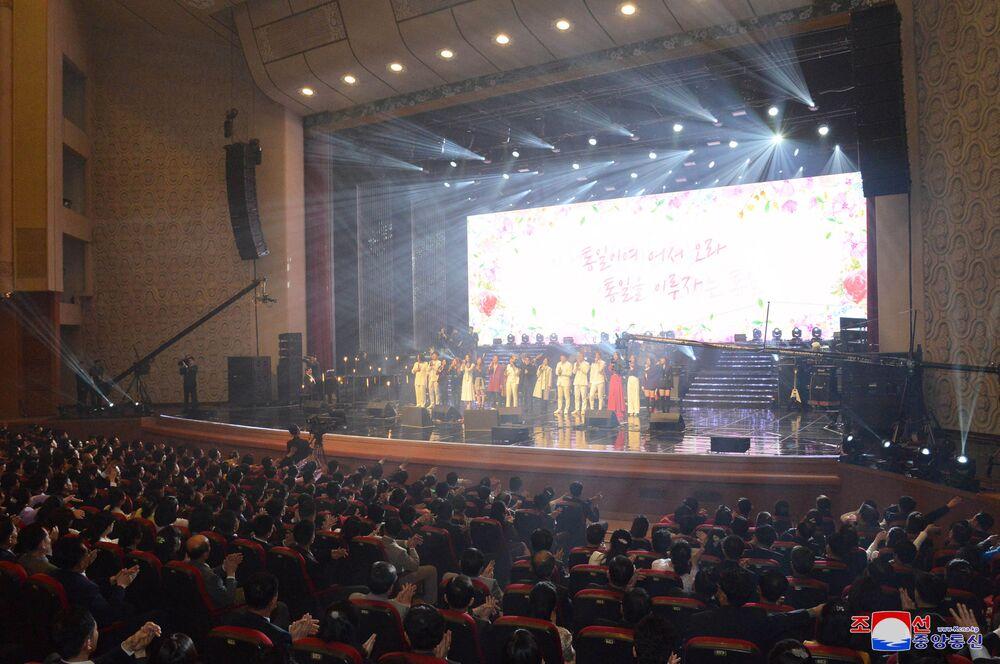 Zespół Red Velvet podczas wystąpienia w Pjongjangu