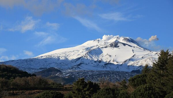 Widok na wulkan Etna we Włoszech - Sputnik Polska